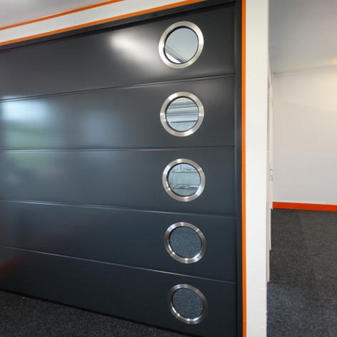 L-panel med runde vinduer - ADS703