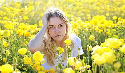 blogger in the flowers at the Carlsbad Flower Fields