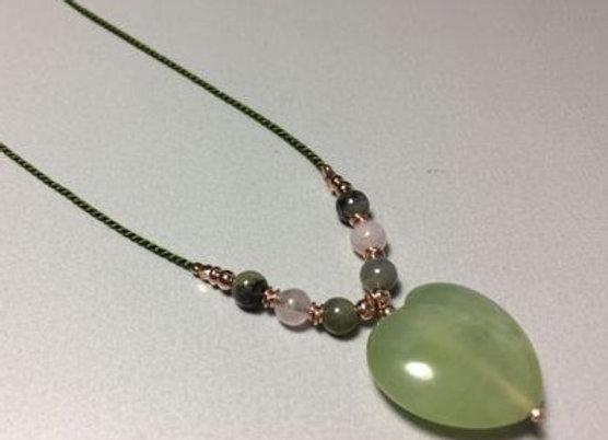 Seidenkette mit Jade Herz und vergoldeten Elementen