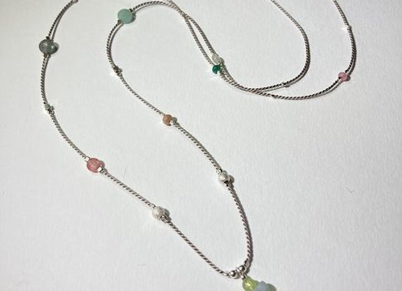 Seidenkette mit Edelsteinen und Silberelementen / vergoldet