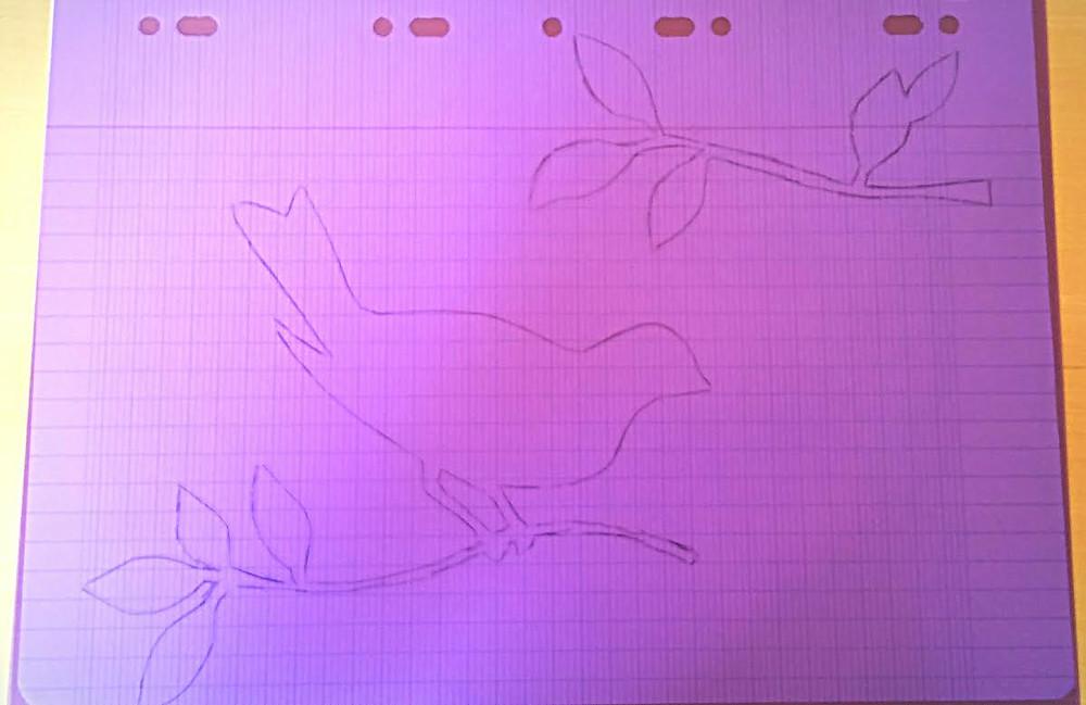 Placez l'intercalaire au dessus du dessin, ainsi il apparaitra en transparence et vous pourrez le reproduire sur la feuille plastique