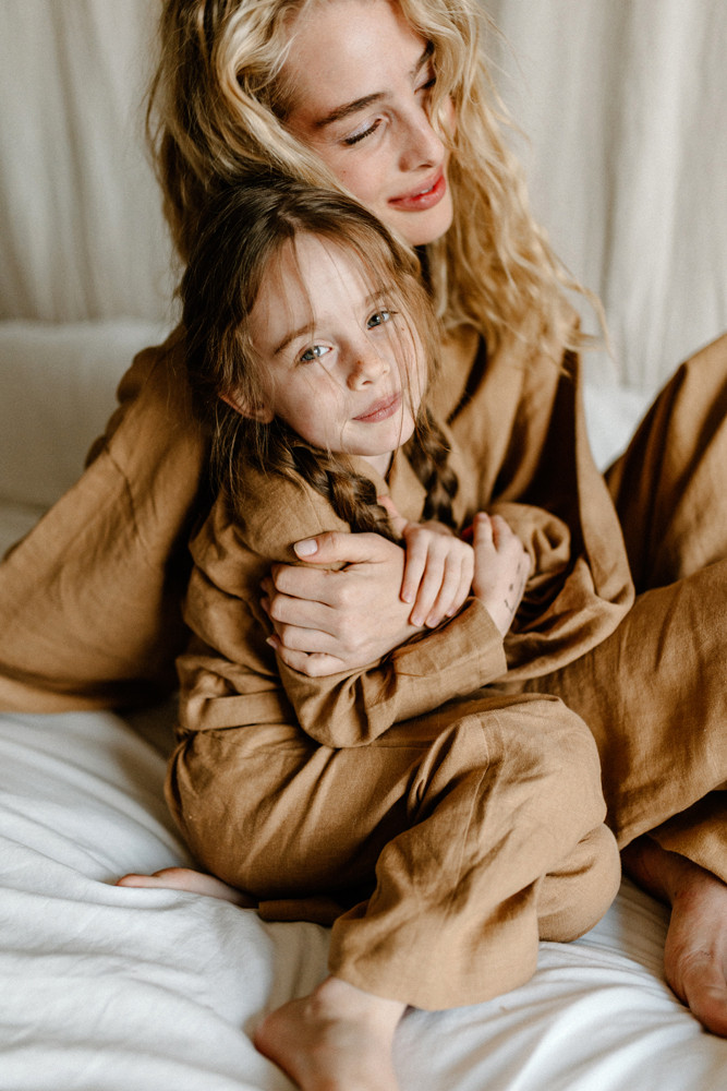 los angeles lifestyle brand photographer mother daughter cuddles