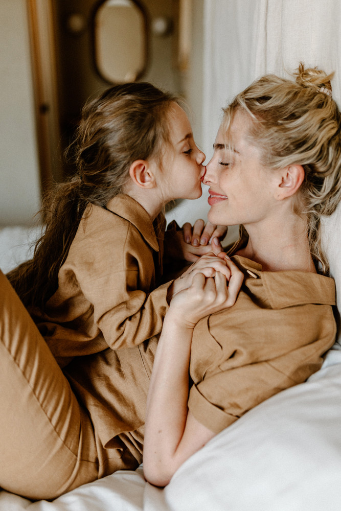 daughter kissing moms nose lifestyle photographer