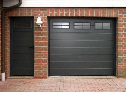 дверь с секционными воротами.jpg