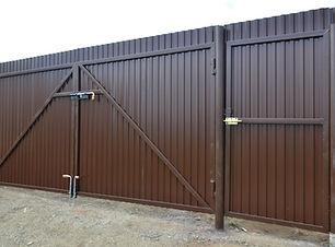 стальные распашные ворота калитка рядом.