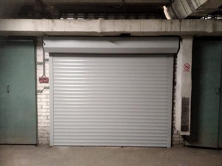 роллетные ворота в паркинге.jpg