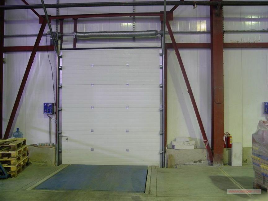 подъемные ворота в промышленном помещении