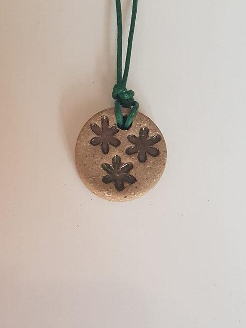 Colar Difusor Pessoal 3 Flores Marrom com Cordão Verde