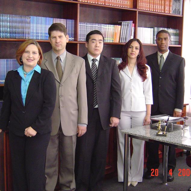 Sócios da Ari Torres Advogados Associados em 2004. Drs. Elza Torres, Ari Torres, Franco Kosaka, Juliane Santos e Maurício Soares.