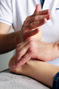 stimulation de la face interne du pied. Technique de réflexologie dynamique
