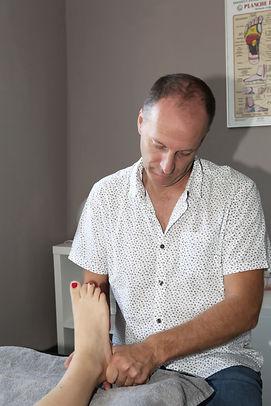 séance de réflexologie plantaire à Pérols. Travail sur le talon du pied.
