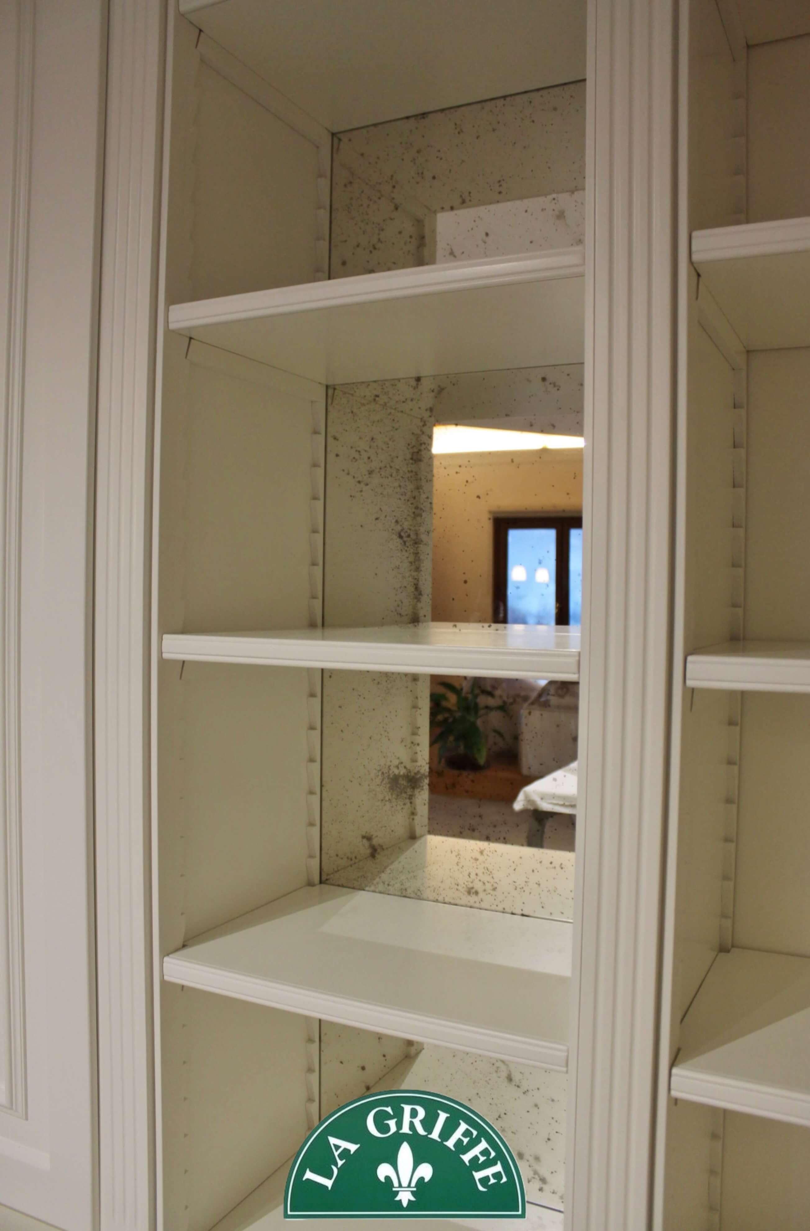 Specchio veneziano su libreria