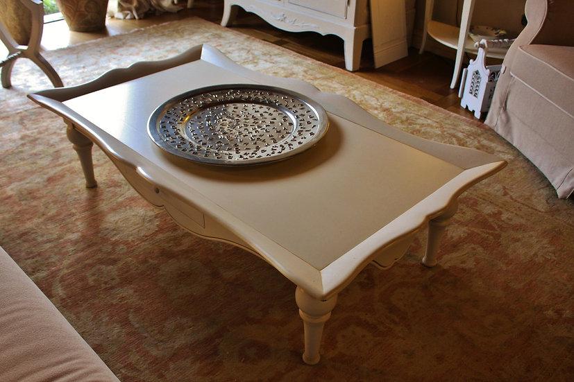 Tavolino da salotto con piano a cornice sagomata