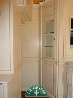 Boiserie classica ad angolo vetrina