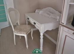 Sedia imbottita e scrivania provenza