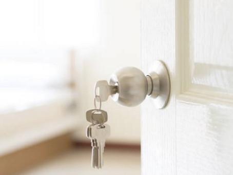 Construtora deve providenciar imóvel similar para família até que apartamento seja reparado