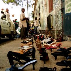 chaussures sur le bitume