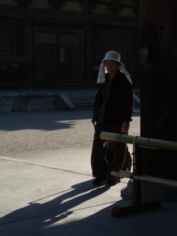 une femme dans le coin