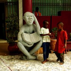deux enfants sur statue
