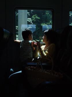 4_une_mère_et_son_fils_dans_un_train