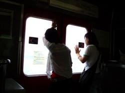 2_deux_lycéennes_regardent_par_la_vitre