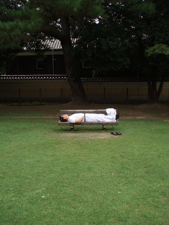 11_un_homme_dort_à_Nara