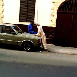 deux hommes sur voiture jaune