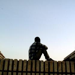 homme sur mur