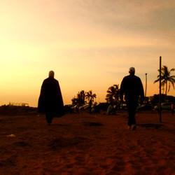 silhouettes dans soleil couchant