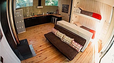 Sala de star, cocina, dormitario Casa B Surf Lodge Posada Punta de Lobos