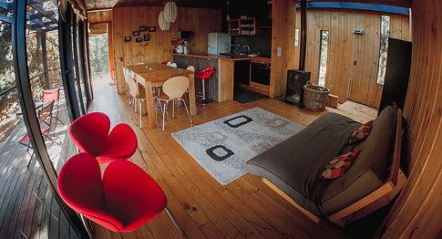 Sala de estar y cocina Casa U Surf lodge Posada Punta de Lobos