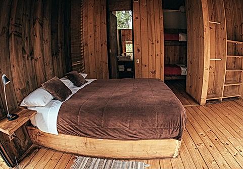 Habitación cama matrimonial Casa R Surf Lodge Posada Punta de Lobos