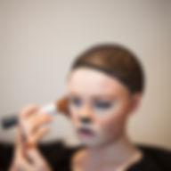 Menina pintura sua face