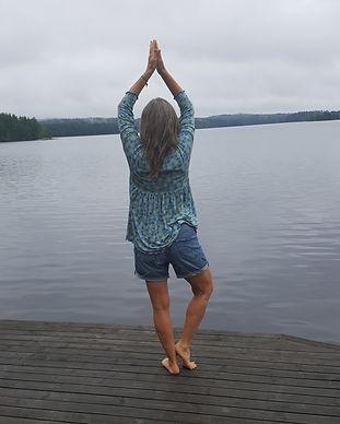 Jenny gör yoga på bryggan