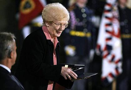 V roce 2009 byla vyznamenána Řádem Tomáš