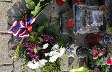 9. Nase kytice u pomniku padlych vojaku.