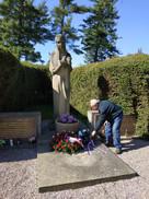 Kladení květin k pomníku obětem 2. sv,vá