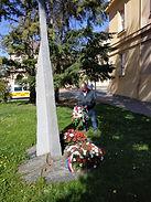 Kladení květin u pomníku obětem nesvobod