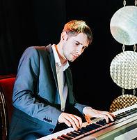 Антон с роялем.jpg