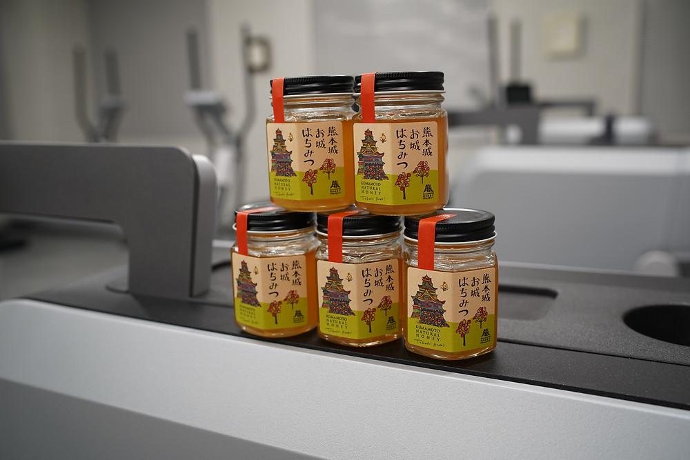 熊本のメディカルフィットネス SINKA GYMで新規入会者に熊本城お城はちみつをプレゼントしています。蜂蜜は美味しいだけでなく、栄養満点で健康的な食生活を支えてくれます。ダイエットにも効果的です。