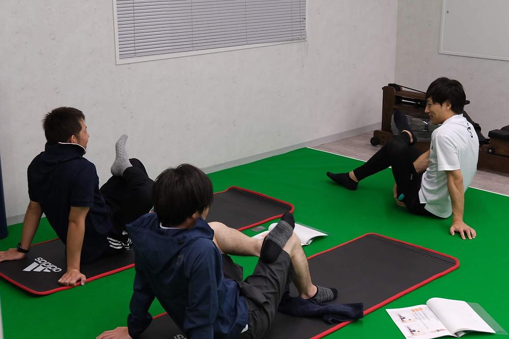 熊本のメディカルフィットネス SINKA GYMで開催している無料体験会の風景です。腰痛対策に効果的なストレッチを行なっています。