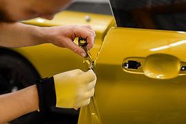 car-wrapper-hands-installs-vinyl-foil-or
