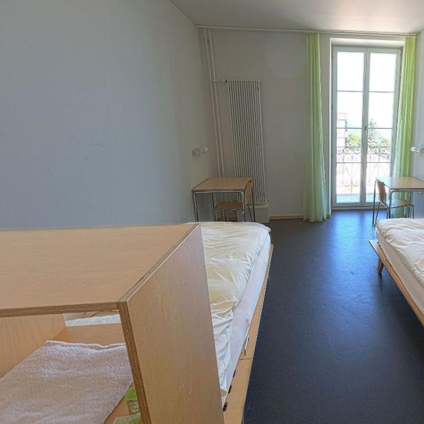 Réservation : 1 chambre à 3 lits pour CHF 120.-- (petits-déjeuners compris)
