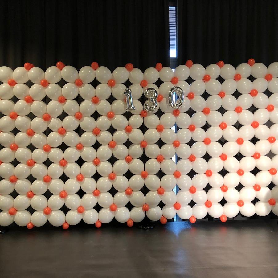 Mur de ballons blanc et et corail