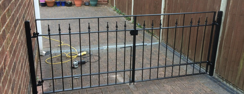 We can supply gardenor drive gates and railings in all kinds of styles, from wrought style' with fineals or profiles, to super minimalist and clean edged. All exterior metalwork is usually supplied galvanised and painted or powder coated unless otherwise stated
