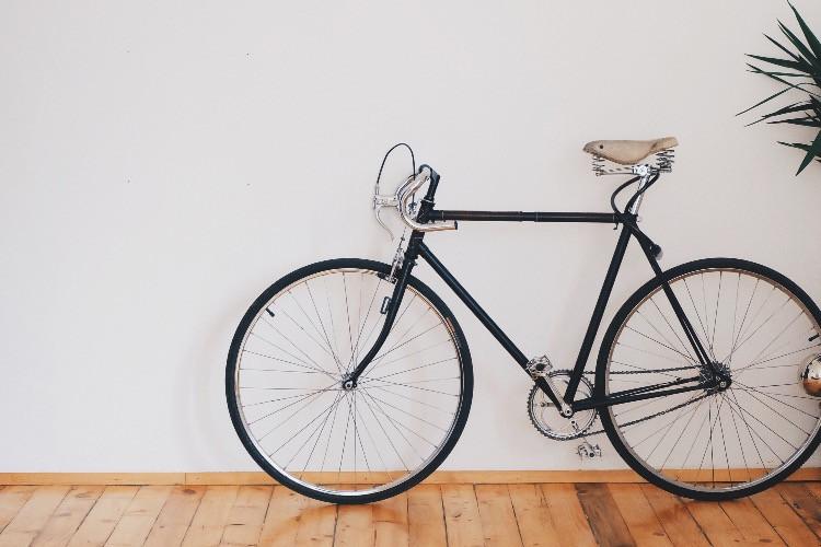 bicicletta classica da uomo in salotto