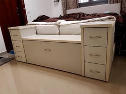 אחסון משולב לרגל מיטה.jpg