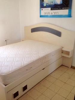 מיטה זוגית עם מדפים.jpg