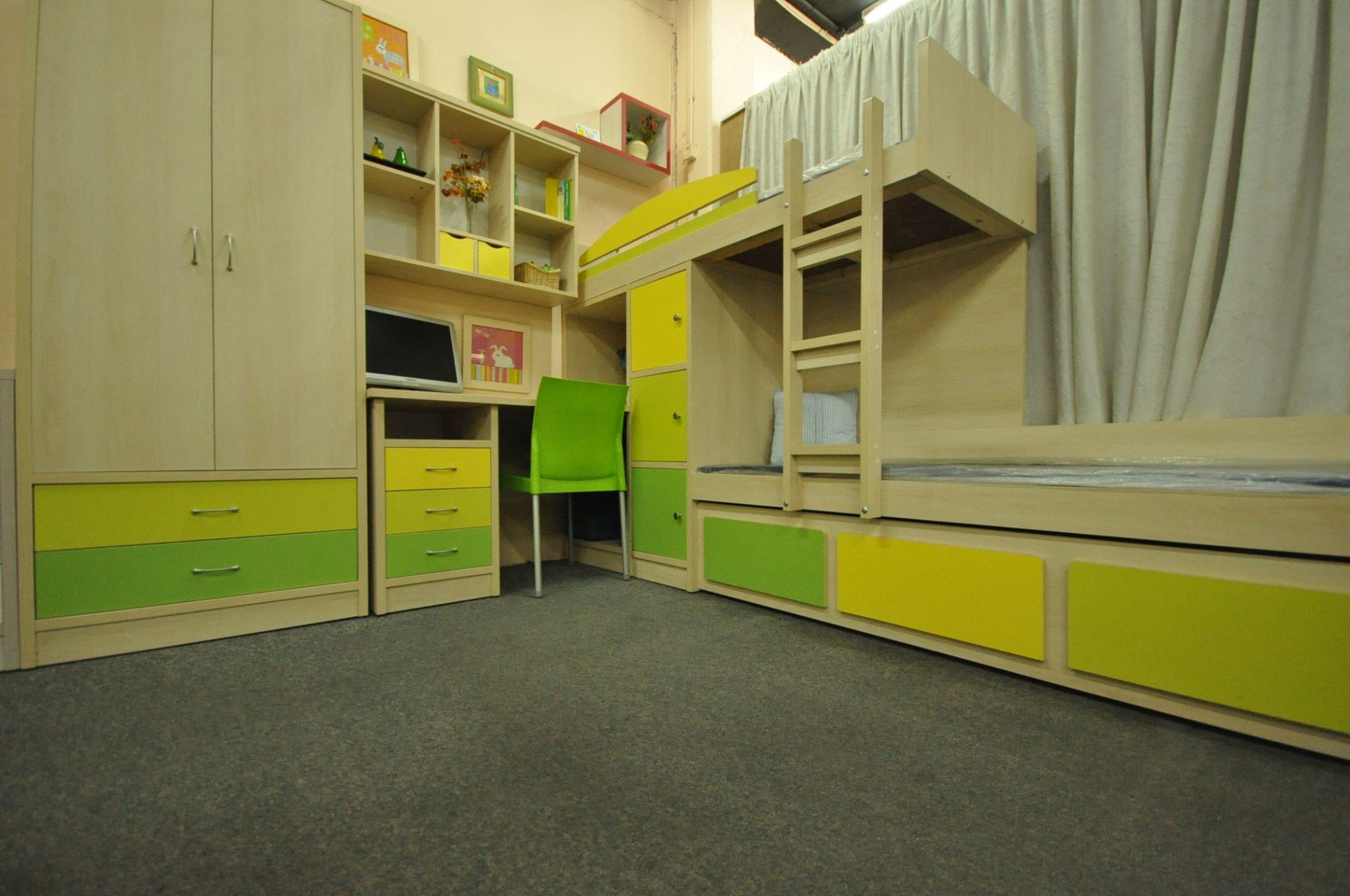 חדר רכבת לוגו פסטוק צהוב.jpg