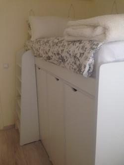מיטה על ארון לבן.jpg